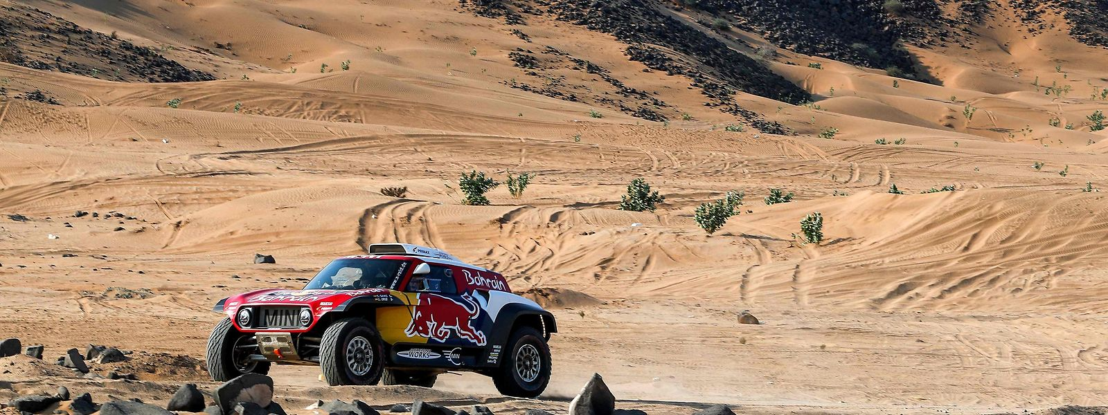 La Mini de l'Espagnol Carlos Sainz dans le sable du désert arabe