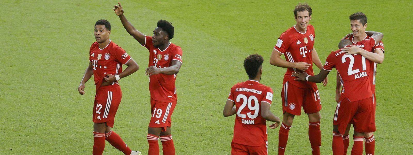 Die Spieler des FC Bayern München dürfen sich erneut über das Doublé freuen.