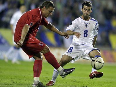 Die Luxemburger Nationalelf, hier mit Tom Schnell (l.), trifft am 25. auf Bosnien und den ehemaligen Luxemburger Jugend-Auswahlspieler Miralem Pjanic.