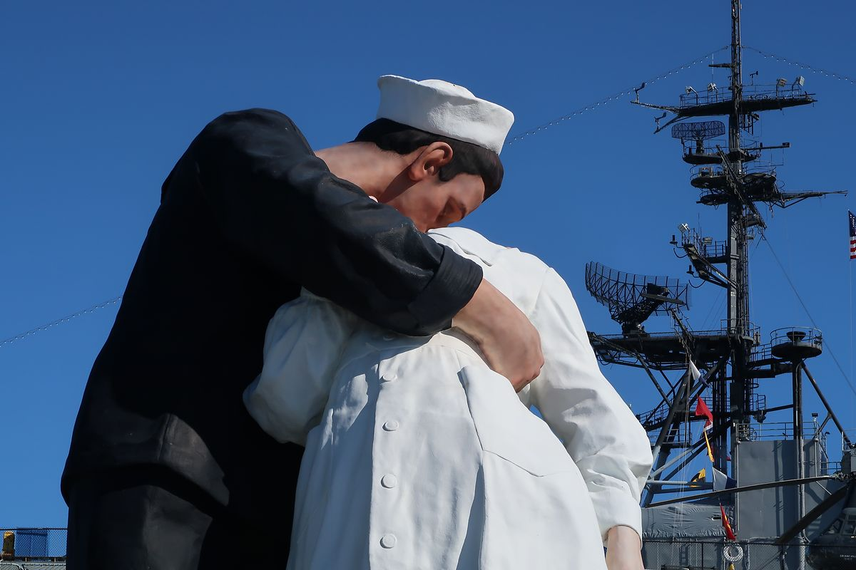 """Beeindruckend: Die überlebensgroße Skulptur """"Embracing Peace"""" von Seward Johnson im Hafen von San Diego."""