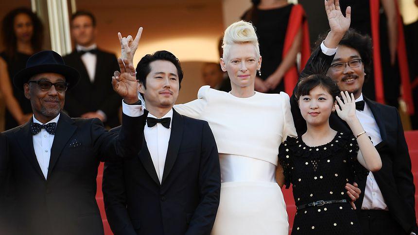 L'équipe du film «Okja» du réalisateur Bong Joon Ho avec Tilda Swinton (Lucy Mirando) et Ann Seo Hyun (Mija).