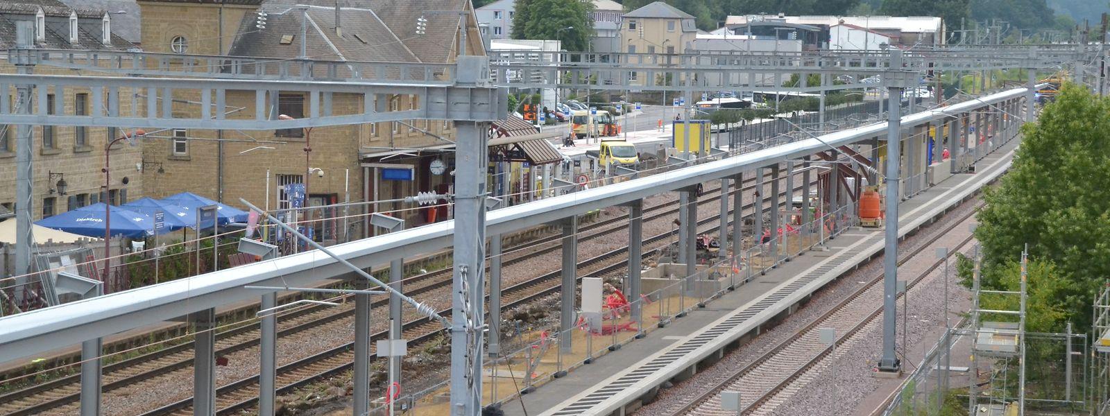 Die östliche Hälfte des neuen Bahnsteigs mit seiner Markise sind fertig.
