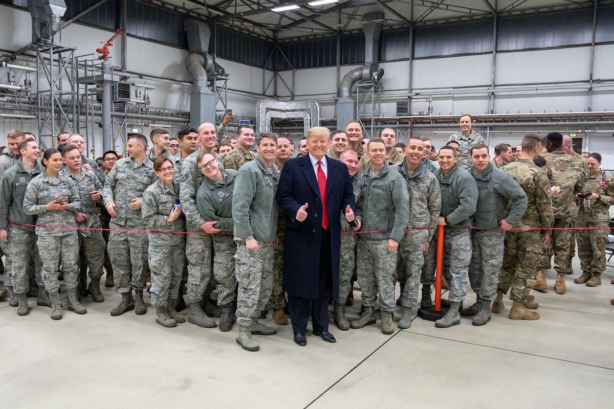 2018: Donald Trump lässt sich, während eines Zwischenstopps auf dem Stützpunkt der US-Luftwaffe in Ramstein, mit Militärangehörigen fotografieren.
