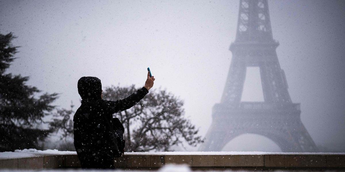 Auch in Paris gingen am Dienstag teils heftige Schneeschauer nieder.