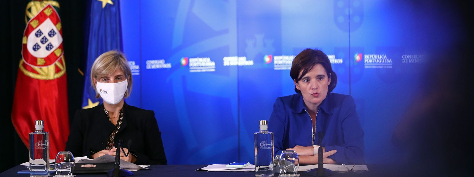 A ministra da Saúde, Marta Temido (E), e a ministra de Estado e da Presidência, Mariana Vieira da Silva (D).