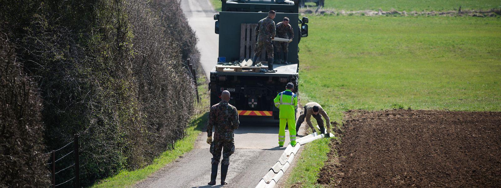 Depuis mi-mars, militaires et agents des Ponts-et-Chaussées installent huit kilomètres de barrière destinés à instaurer une zone blanche avec la Belgique.