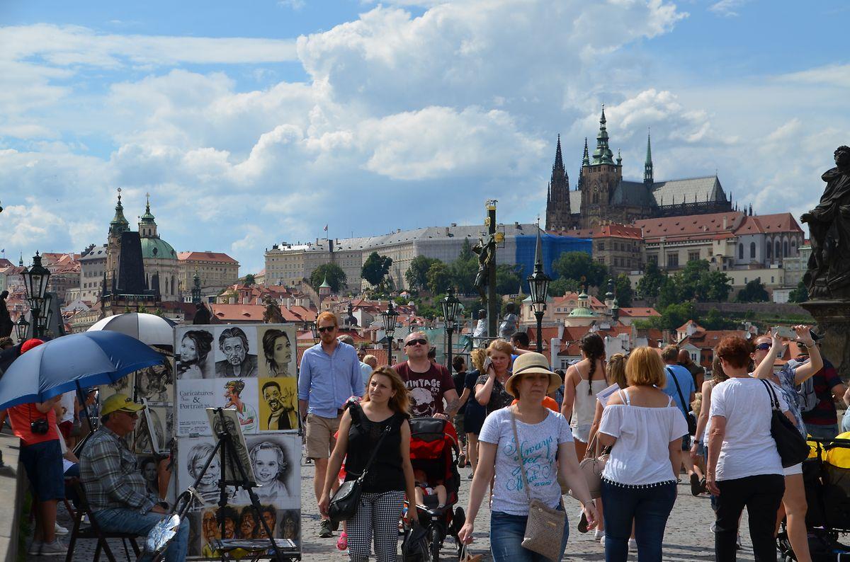 Dichtes Gedränge in Prag: Vor allem auf der Karlsbrücke herrscht den ganzen Tag touristischer Hochbetrieb
