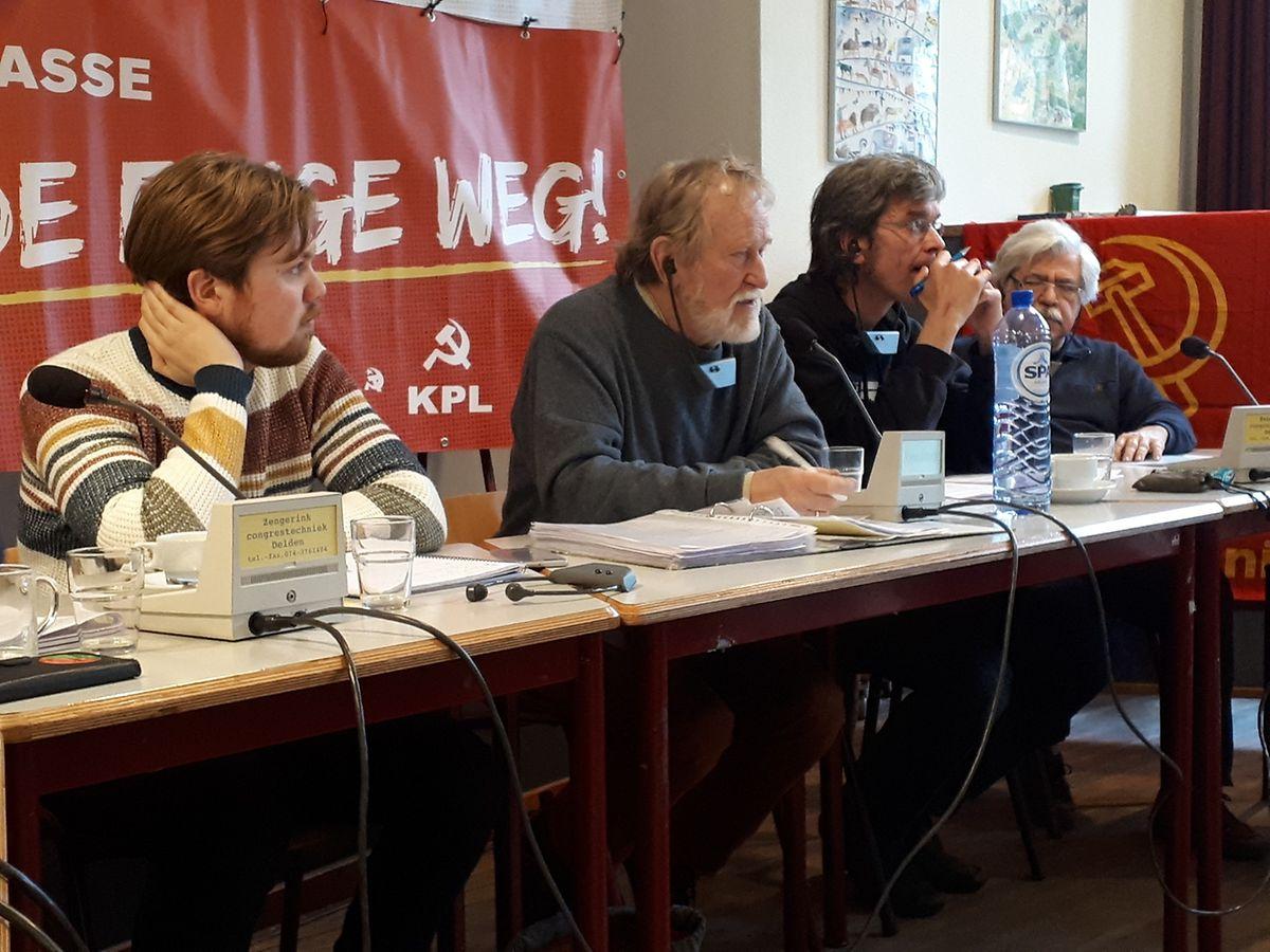 O presidente do KPL, Ali Rukert, (na foto, de camisola cinzenta) é o cabeça de lista dos comunistas.