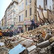 Les décombres ont atteint jusqu'à 5 mètres de hauteur sur 15 mètres de long. Mais les pluies diluviennes ont ralenti la progression des secours et augmenté les risques.