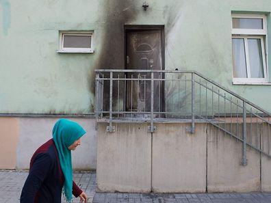 Die Tür der Fatih Camii Moschee wurde in Mitleidenschaft gezogen.
