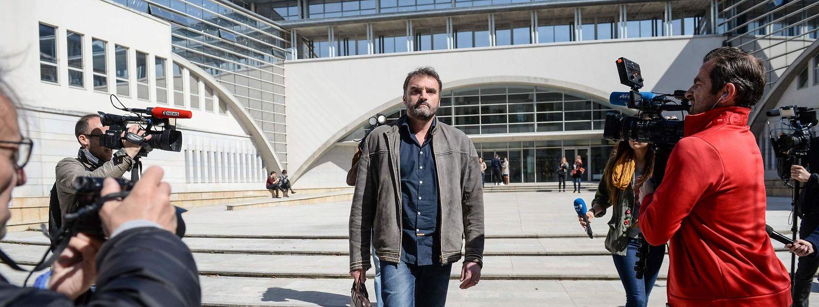 O anestesista Frédéric Péchier, numa foto de arquivo de 2017, sai do tribunal depois de ser ouvido em Besançon.