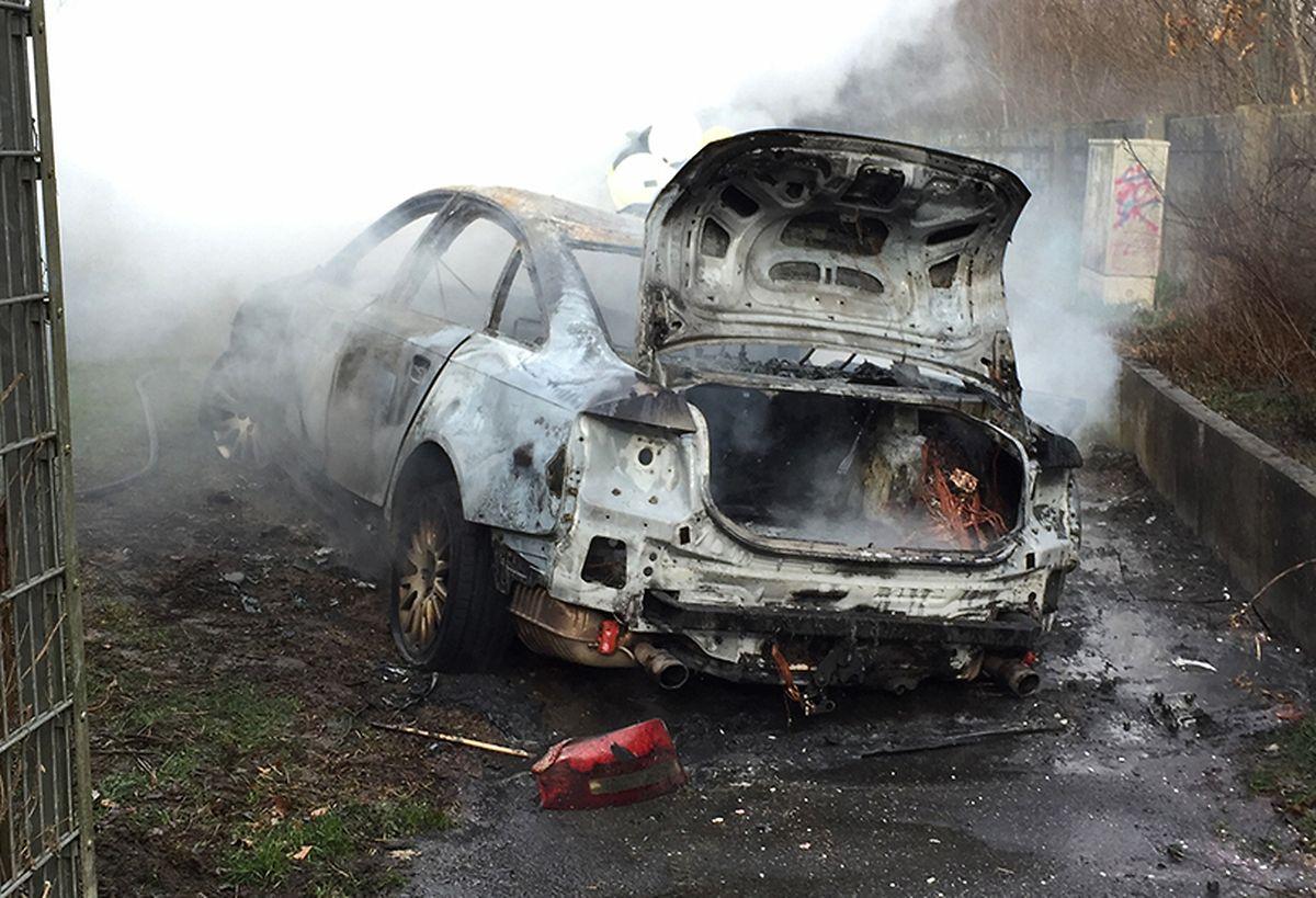 Die Täter steckten das Fluchtfahrzeug abseits der Autobahn 59 in Köln-Porz in Brand.