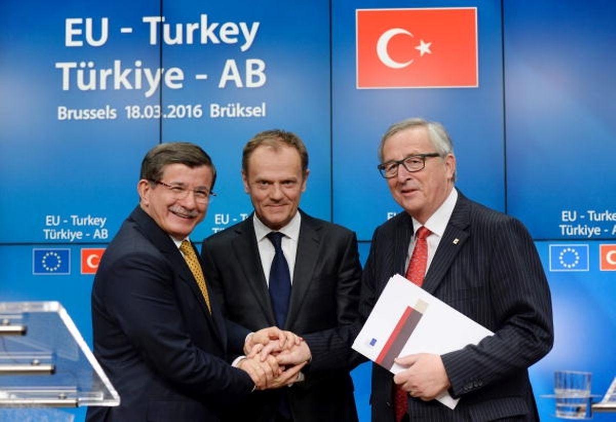Da war die Welt noch in Ordnung: Am 18. März besiegelten der damalige Premierminister  Davutoglu, Ratspräsident Tusk und Kommissionspräsident Juncker den Flüchtlingsdeal zwischen Ankara und Brüssel.