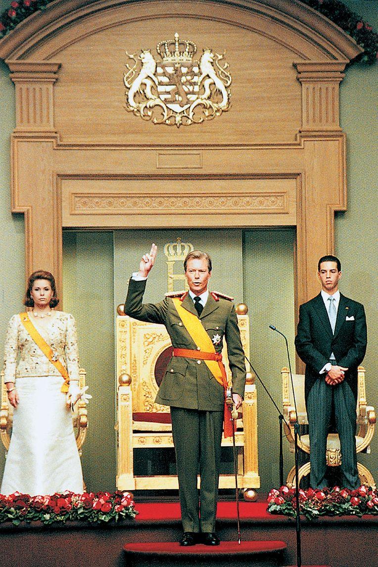 Vor den Abgeordneten schwört der Großherzog den Eid auf die Verfassung.