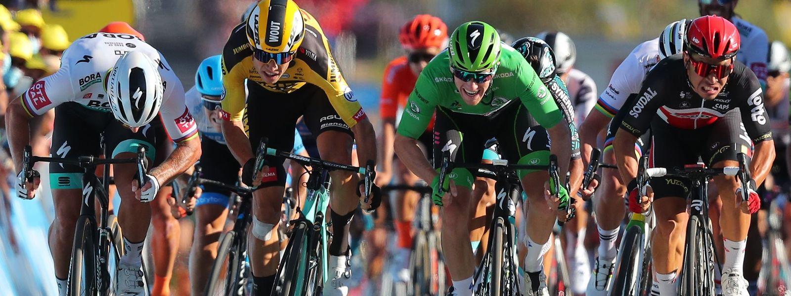 Caleb Ewan (à dr.) règle le sprint de Poitiers devant  Sam Bennett (maillot vert) et Wout Van Aert (en jaune)