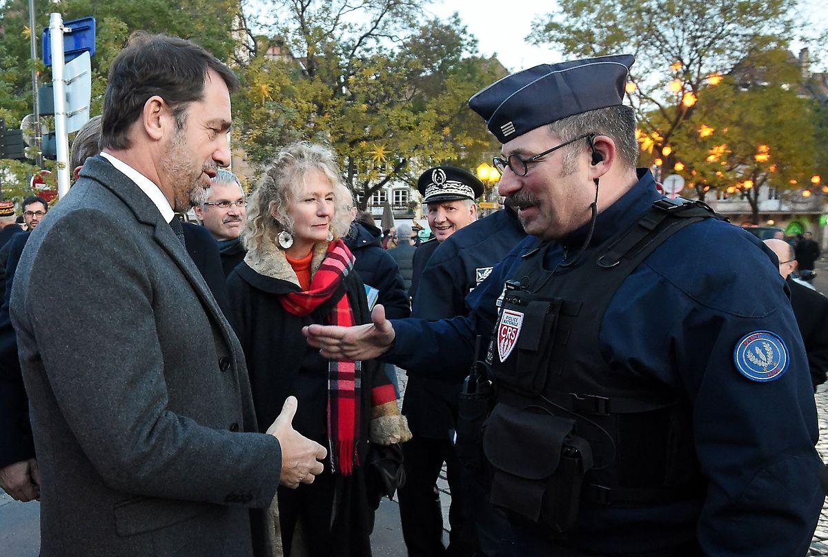 Innenminister Christophe Castaner (L) unterhielt sich mit CRS-Polizisten vor der Eröffnung.