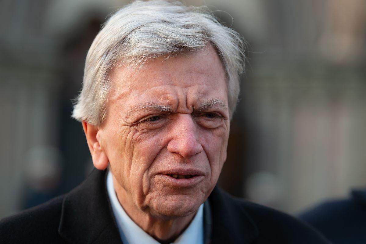 Volker Bouffie, Ministerpräsident von Hessen, gibt vor dem ökumenischen Gottesdienst in der Kirche St. Marien ein Pressestatement.