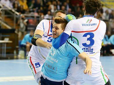Luxemburgs Handballer müssen sich in Sizilien duchbeißen. Hier wird Christian Bock in die Mangel genommen.