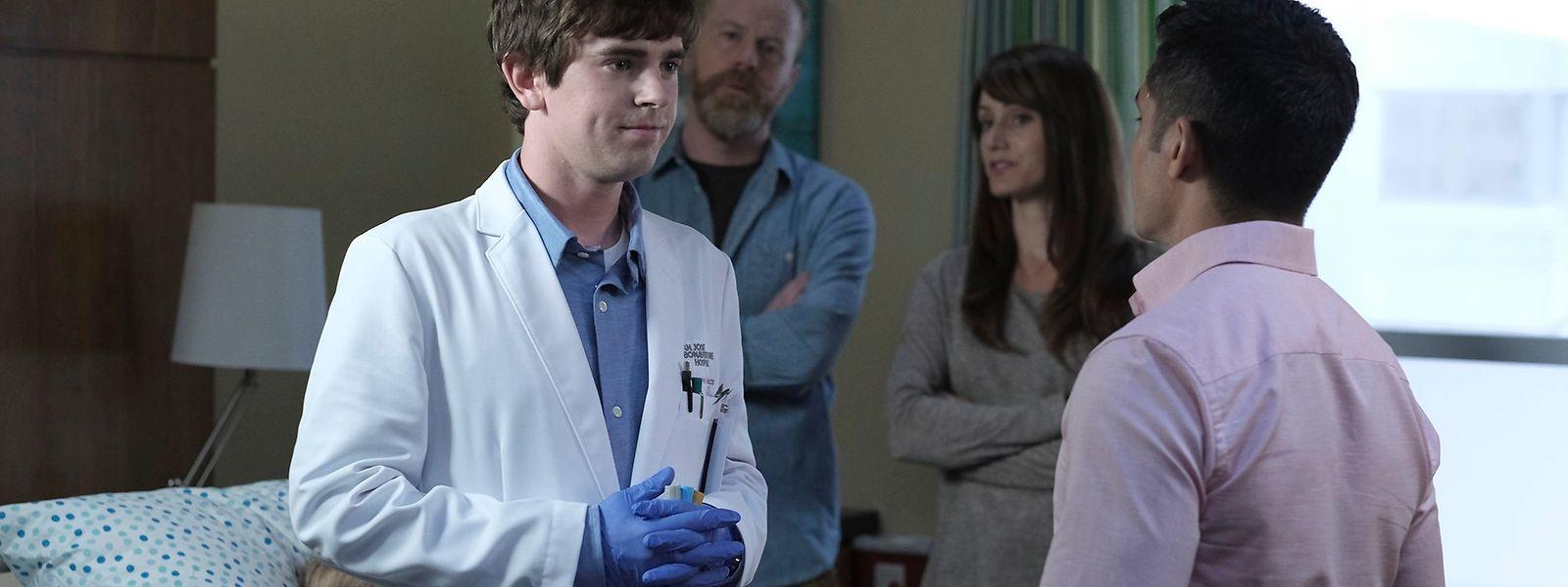 """Autist, aber als Arzt brillant: Freddie Highmore (l.) spielt die Hauptrolle in """"The Good Doctor""""."""