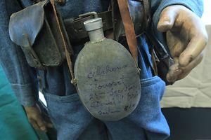 Die größte Angst der Soldaten bestand darin, beim Tod als Namenloser in einem Massengrab zu enden. Daher schrieben sie ihre Namen auf die unterschiedlichsten Sachen, die sie mitführten. Hier die Trinkflasche des französischen Soldaten Alphonse Mousset der 7ième Section.