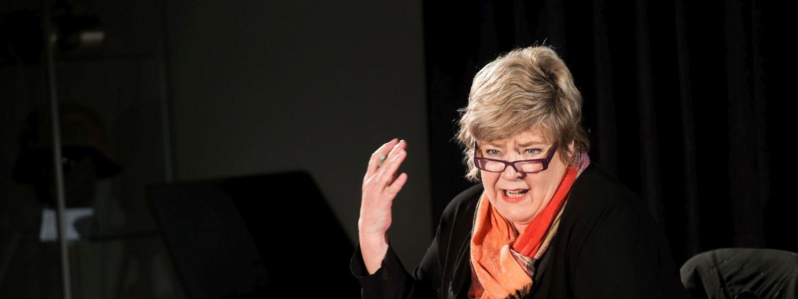 La voix caverneuse et rauque de Christiane Rausch forme un contrepoint féminin ingénieux à l'hégémonie du discours masculin.