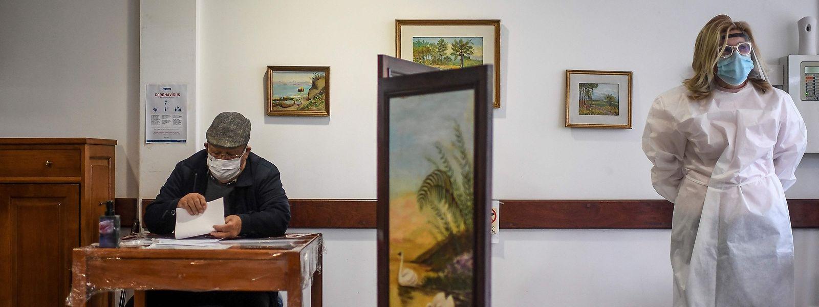 Um residente de um lar de idosos realiza o voto antecipado para as eleições presidenciais portuguesas no próximo domingo, 24 de janeiro.