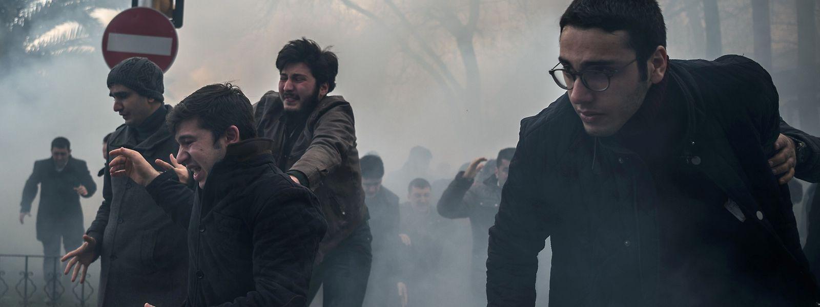 Türkische Polizisten setzten auch am Samstag wieder Tränengas gegen Demonstranten ein.