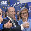 Der gewählte Spitzenkandidat für die Europawahl jubelt zusammen mit seinen Unterstützern.