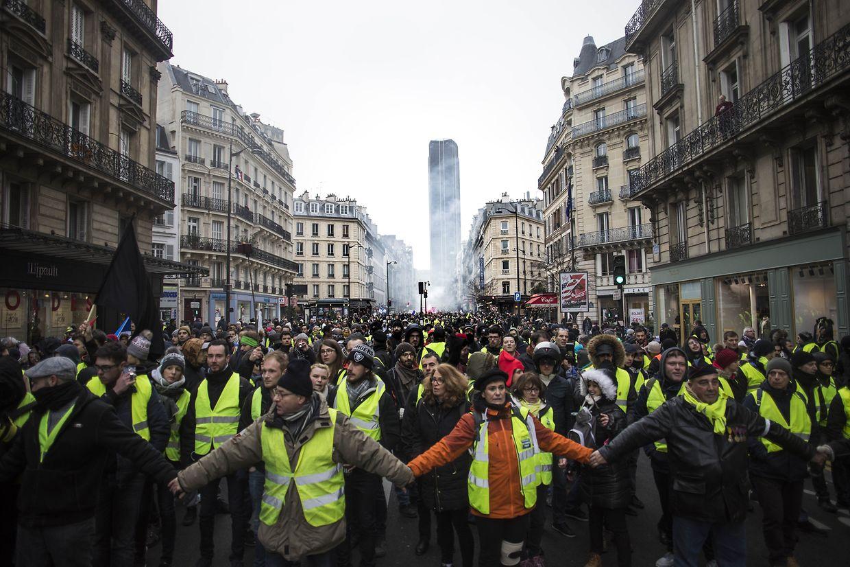 In Paris hielten sich die Teilnehmer eines Demonstrationszuges an den Händen.