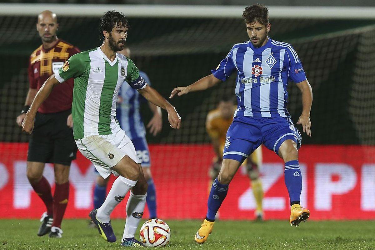 Tarantini, capitão do Rio Ave e Miguel Veloso (azul e branco) em luta pela bola