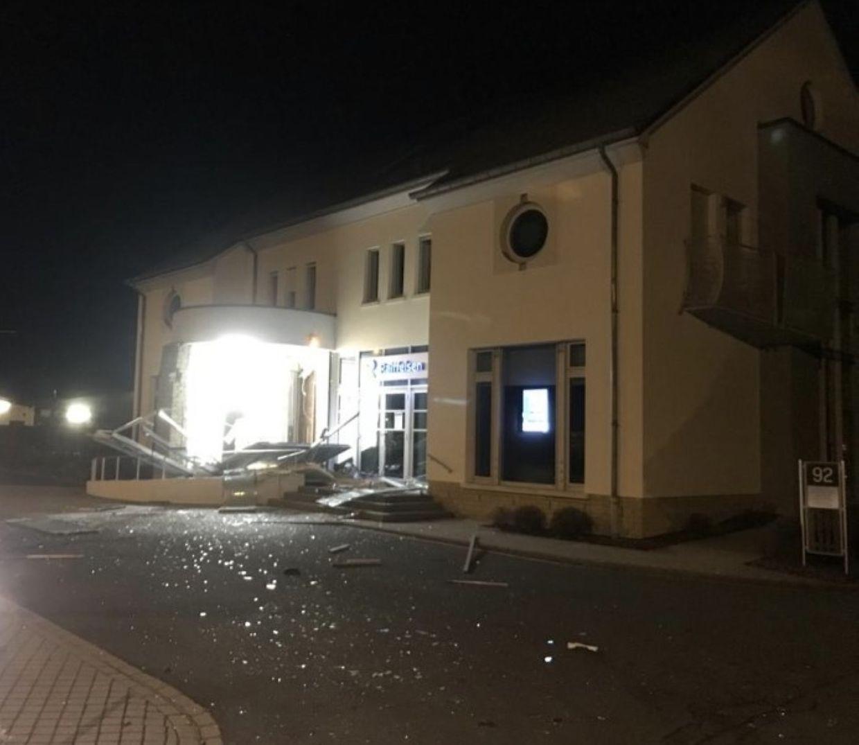 In der Nacht auf Samstag wurde der Geldautomat aus der Wand einer Bankfiliale in Wintger gesprengt.
