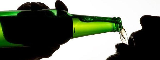 Der Alkoholkonsum ist zwar leicht zurückgegangen, trotzdem bleibt er ein großes Risiko für die Gesundheit.