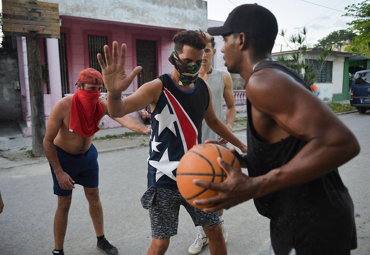 Les écoles resteront ouvertes à Cuba pour accueillir les élèves, a annoncé le président. Une mesure inédite pour un pays passant en mode de confinement.