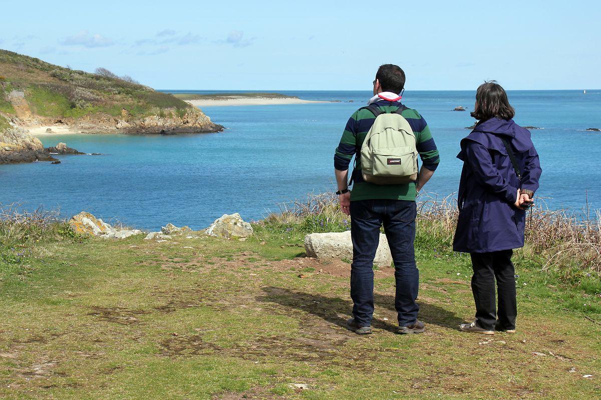 Auf dem Küstenpfad: Wanderer können die Insel in anderthalb Stunden umrunden.