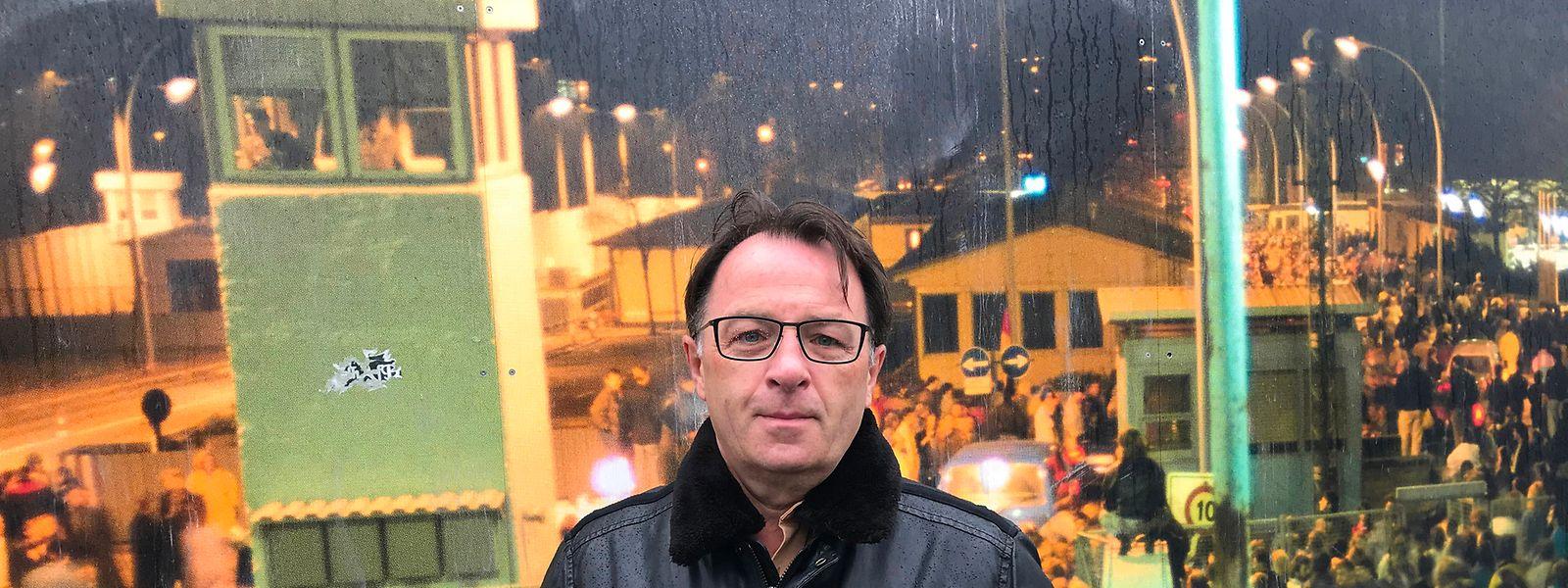 Die Nacht der Nächte: Arom Radomski 30 Jahre nachdem er mit seinem Freund Sigi als Erster durch die Mauer ging, an der Bornholmer Straße, wo Fotos an den 9. November 1989 erinnern.