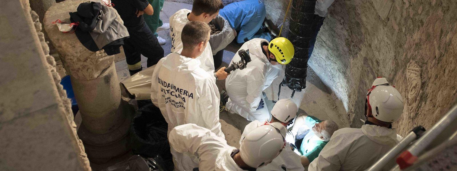 Die Ermittler fanden hunderte von Knochen, die jetzt forensisch untersucht werden.