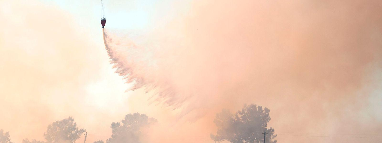 Die Feuerwehr ist mit Löschflugzeugen und Hubschraubern im Einsatz.