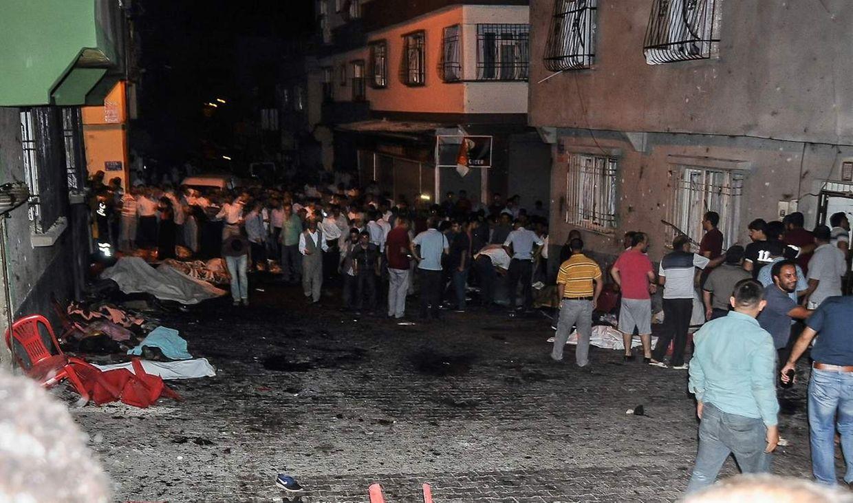 Laut der staatlichen Nachrichtenagentur Anadolu explodierte der Sprengsatz inmitten einer Hochzeitsgesellschaft, die auf offener Straße im Beybahce-Viertel von Gaziantep feierte.