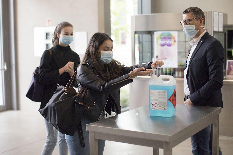 Am Haupteingang des Lycée müssen sich die Schüler und Lehrer die Hände desinfizieren.
