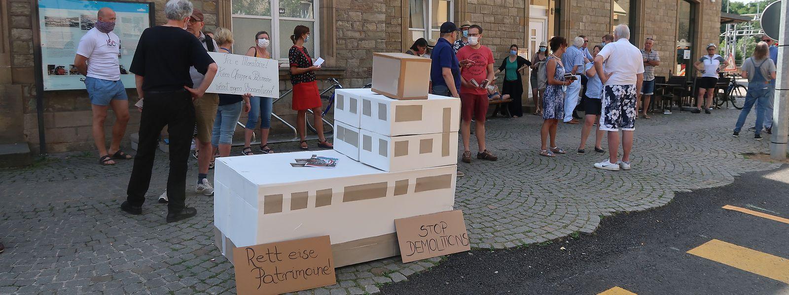 Zwischen 20 und 30 Personen hatten sich am Samstagmorgen in Ettelbrück auf der Place de la Gare eingefunden, um gegen den Abriss des Bahnhofsgebäudes zu protestieren.