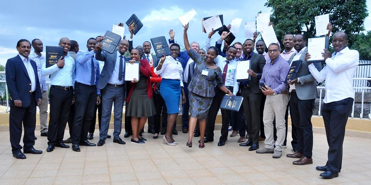 Geschafft: Zu den erfolgreichen Teilnehmern der Seminare gehören auch Finanzfachkräfte aus Ruanda.