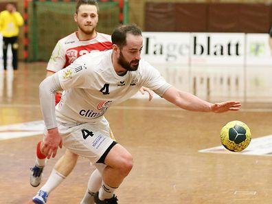 Martin Muller (HB Esch) behauptet den Ball, Daniel Scheid (Red Boys) kann nicht eingreifen.
