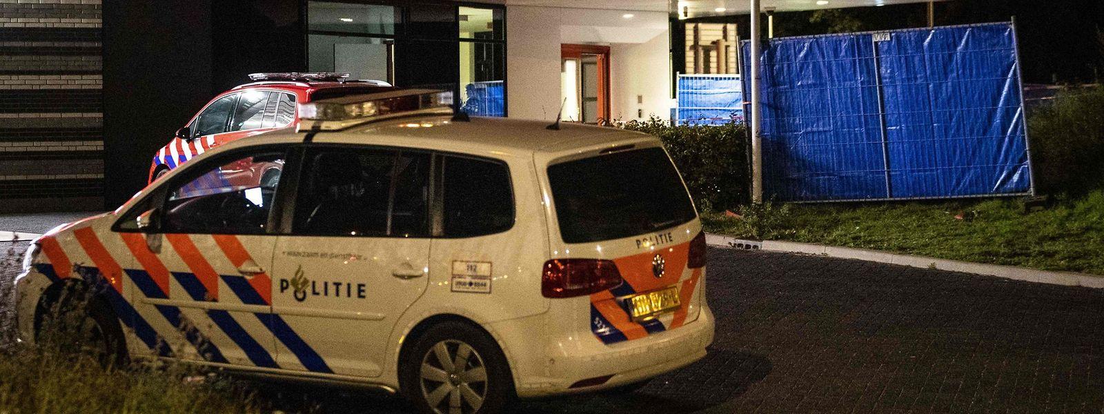Einsatzkräfte vor einem Feuerwehrhaus in Amsterdam. Maynard war schwer verletzt mit seinem Auto noch in die Feuerwehrkaserne gefahren.