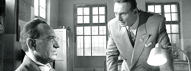 Schindler (Liam Neeson) versteht es, zu repräsentieren und Geschäftskontakte zu knüpfen, ist aber in Verwaltungs- und Koordinationsaufgaben auf seinen versierten Buchhalter Itzhak Stern (Ben Kingsley) angewiesen.