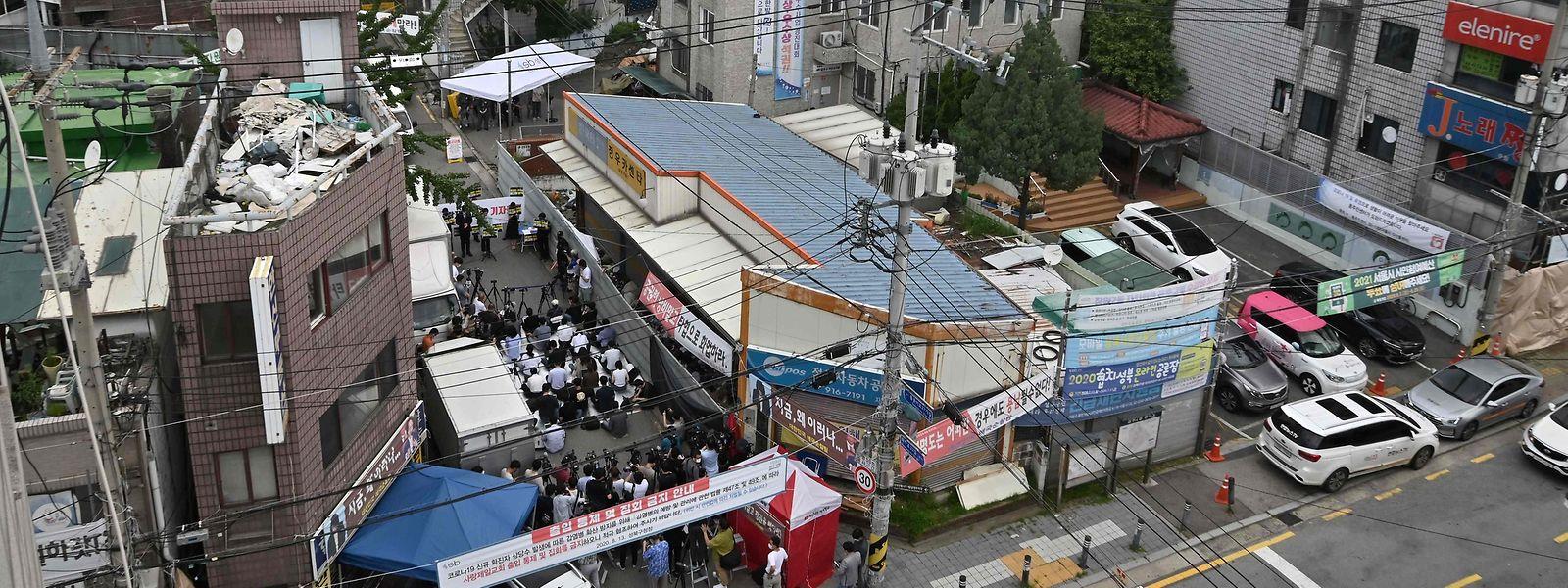 """Kontrollpunkt bei der """"Sarang Jeil""""-Kirche in Seoul: Der Zugang wird seit den Corona-Ausbrüchen unter Gläubigen streng kontrolliert."""