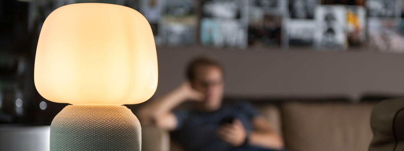 Licht und Ton aus einem Gerät. Ikeas Symfonisk-Lautsprecher in Lampenform erinnert entfernt an Apples HomePod - mit Lampe obendrauf.