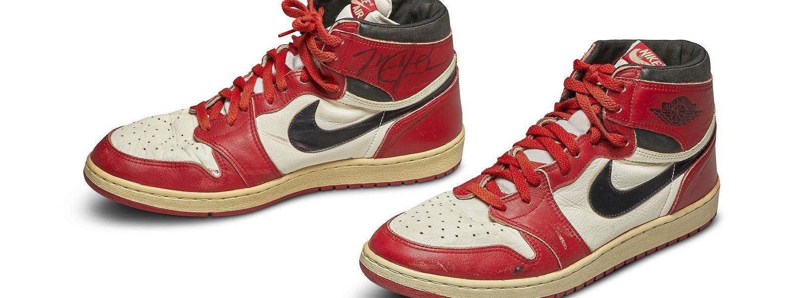 Ein Paar ausgelatschte Turnschuhe von Michael Jordan haben bei einer Auktion in New York einen Rekordpreis erzielt.