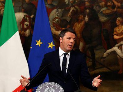 """""""A minha experiência como chefe do governo termina aqui"""", declarou Renzi, precisando que apresentaria a demissão na segunda-feira ao presidente italiano, Sergio Mattarella, após o fim do Conselho de Ministros."""