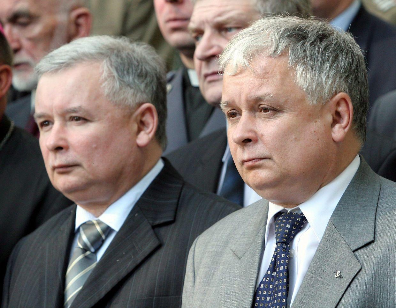 Die Brüder Jaroslaw (l) und Lech Kaczynski (Archivfoto vom 01.08.2005).