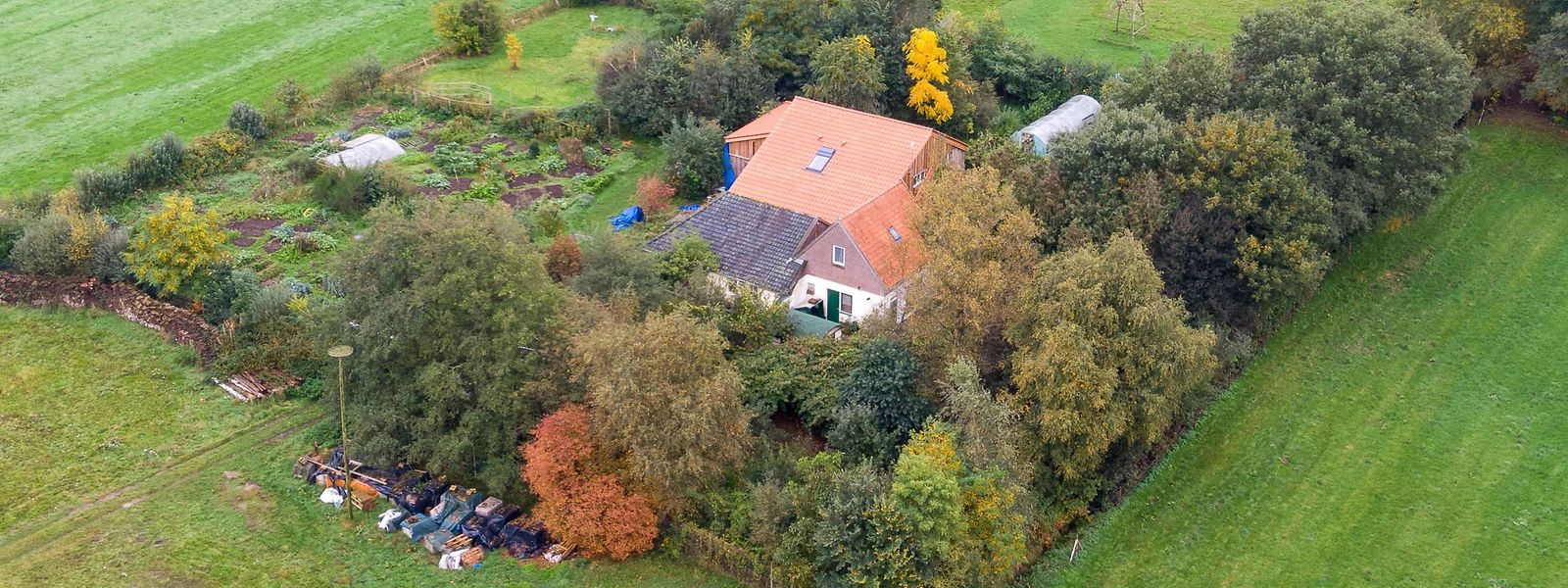 Der Hof liegt versteckt hinter Bäumen und etwa 200 Meter vom Rande des niederländischen Dorfes Ruinerwold entfernt.